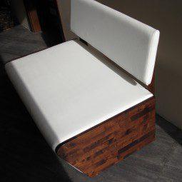 ławka z białą tapicerką