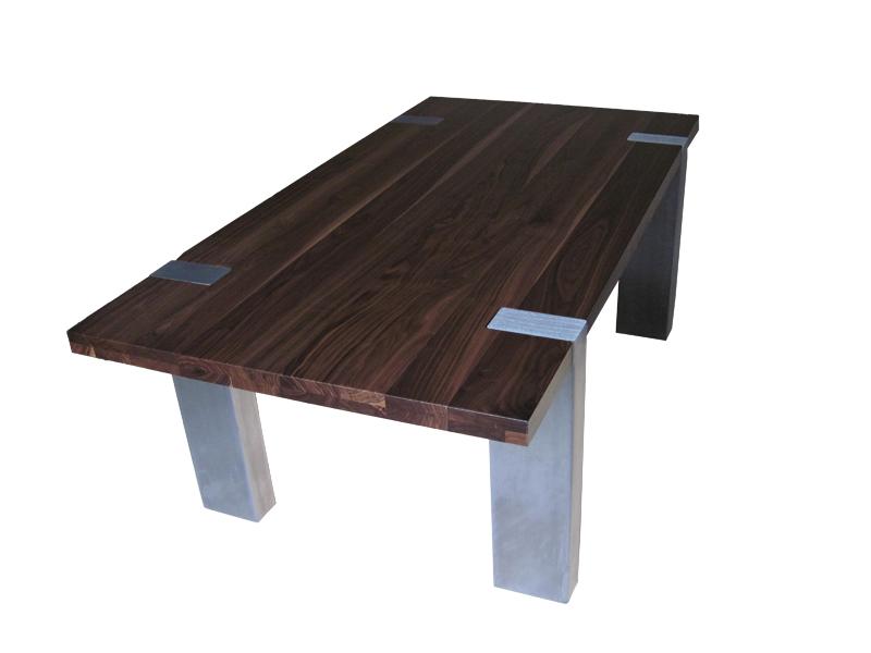 stół z nogami z nierdzewnej stali