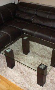 szklany stół z drewnianymi nogami