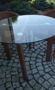 drewniany stolik ze szklanym blatem