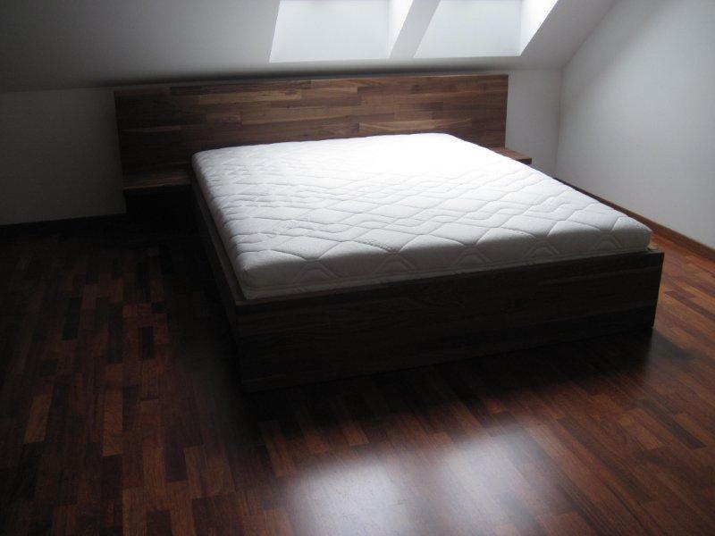 Łóżko z orzecha amerykańskiego