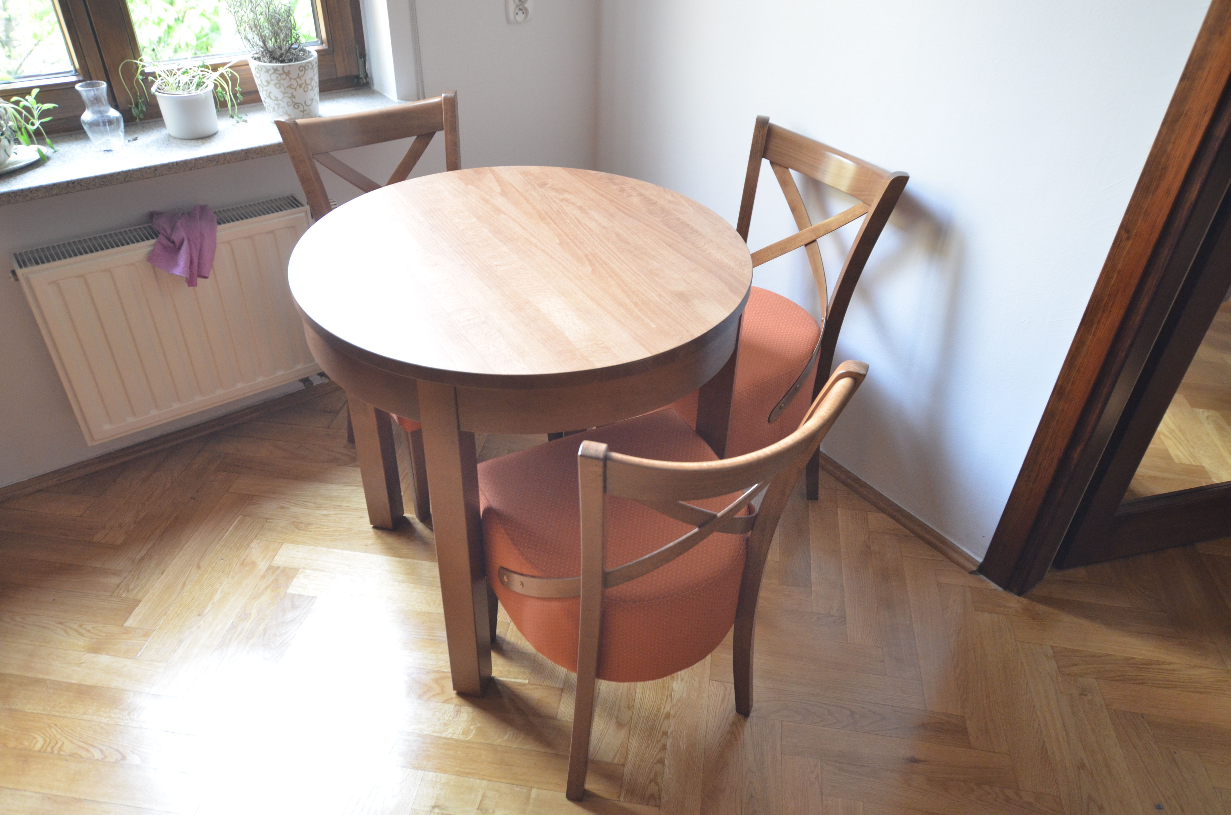 stół okrągły z okrągłą oskrzynią