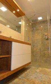 komoda wisząca dębowa do łazienki
