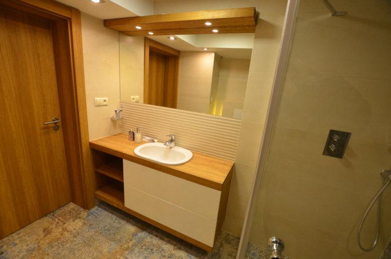 drewno dębowe w łazience