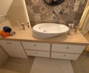 Meble z drewna dębowego bielonego do łazienki