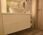 Meble w łazience - biały połysk