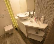 Wysoki biały połysk mebli do łazienki