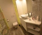 Meble w wysokim białym połysku mebli do łazienki