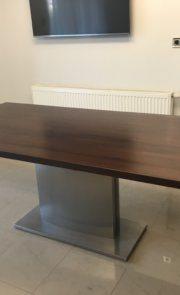 nowoczesny stół drewniany na nodze ze stali nierdzewnej