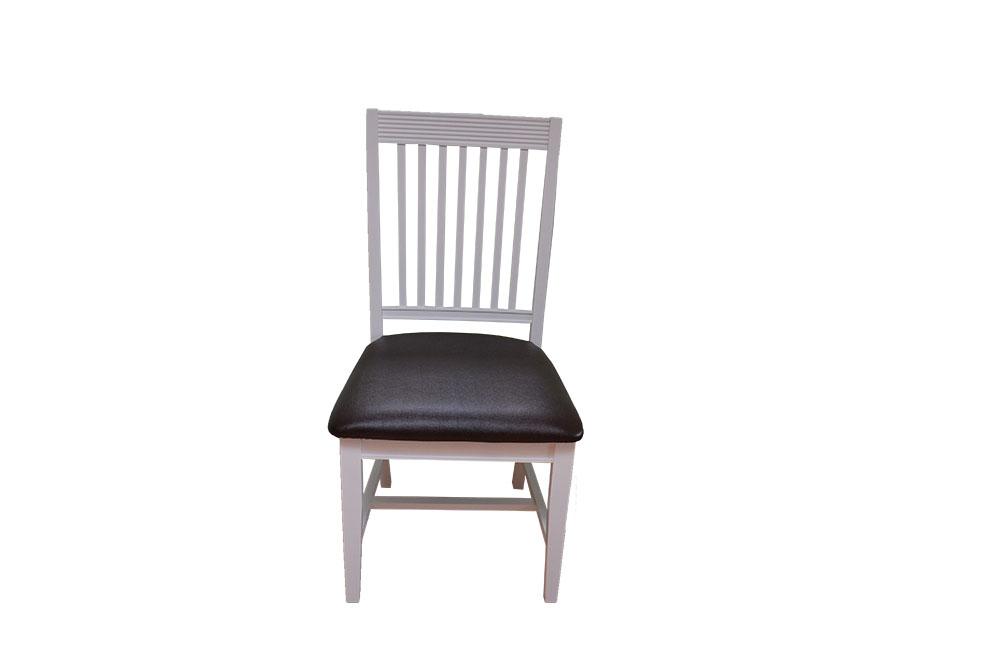 krzesło bukowe tapicerowane w białym kolorze