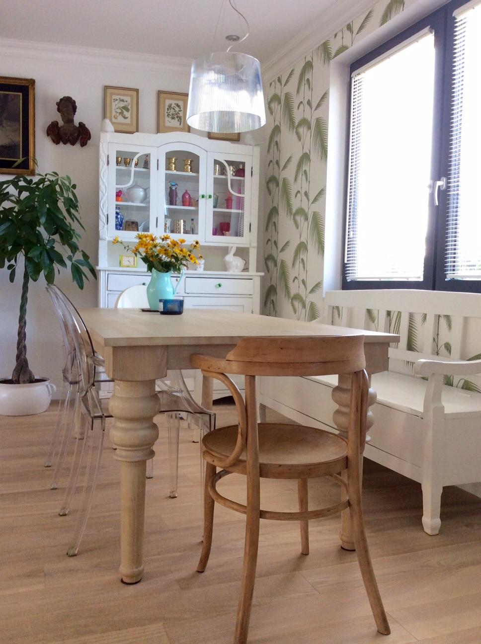 stół z drewna z nogami toczonymi
