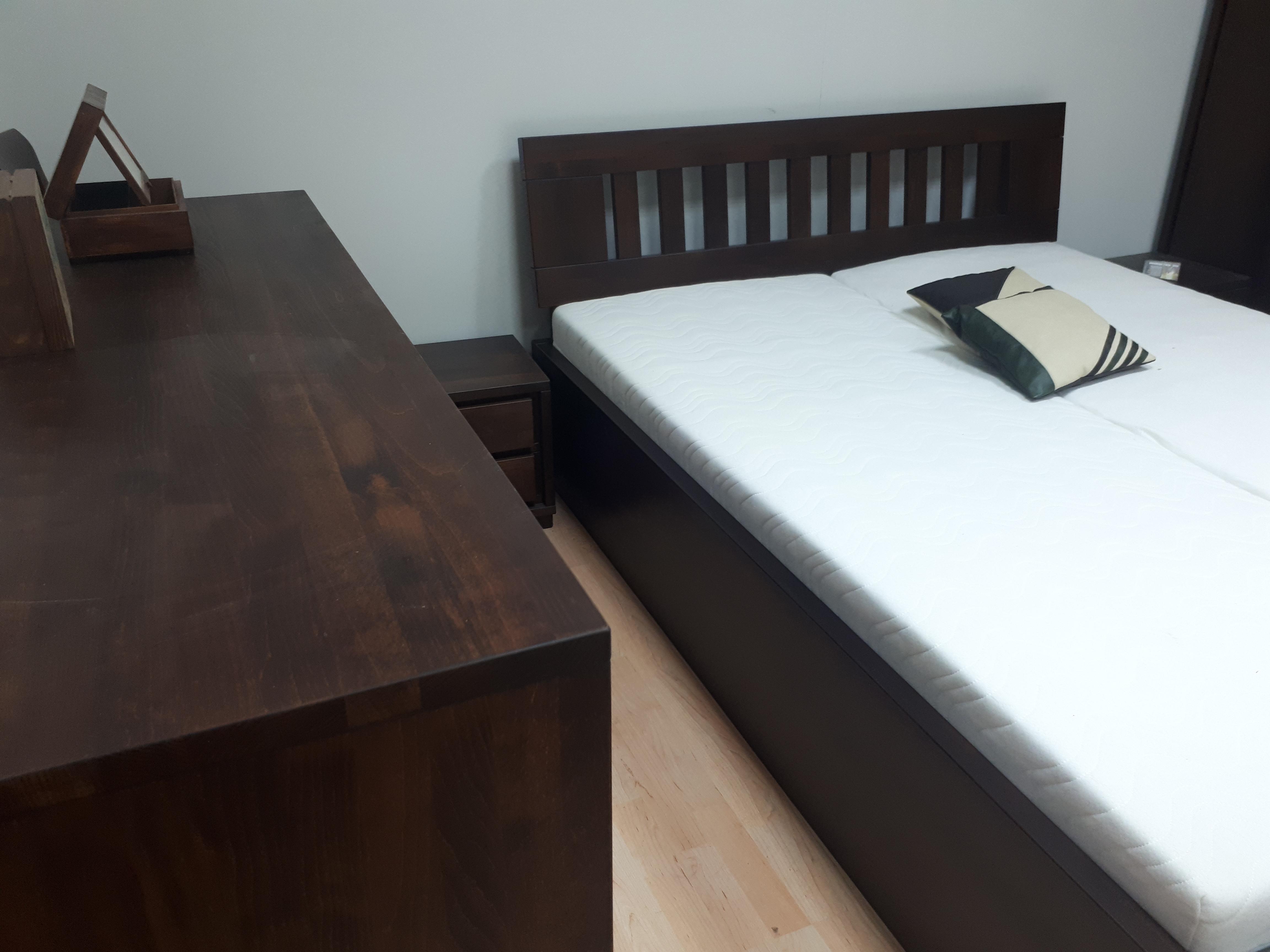 łóżko drewniane z podnoszonym stelażem