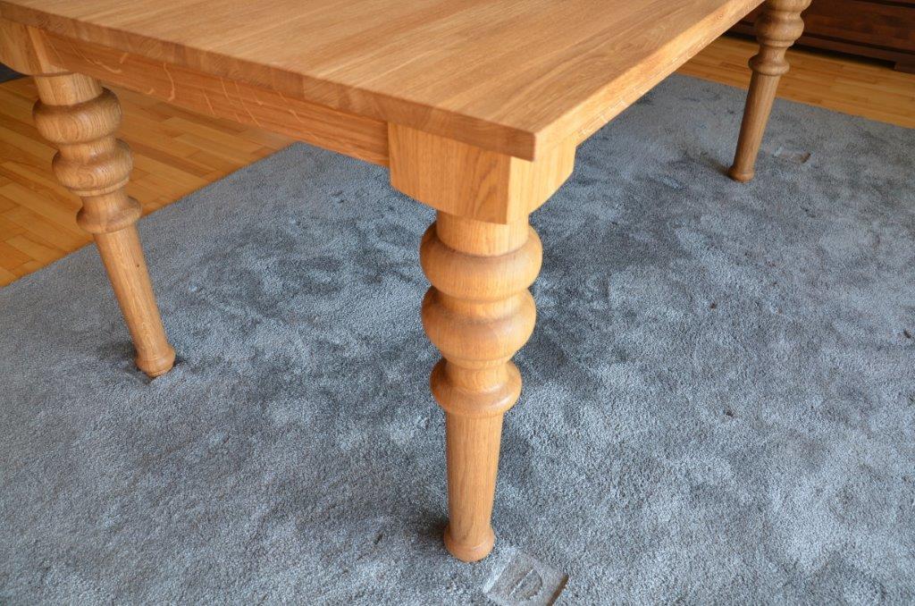 drewniany stół z toczoną nogą