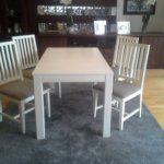 stół i drewniane krzesła
