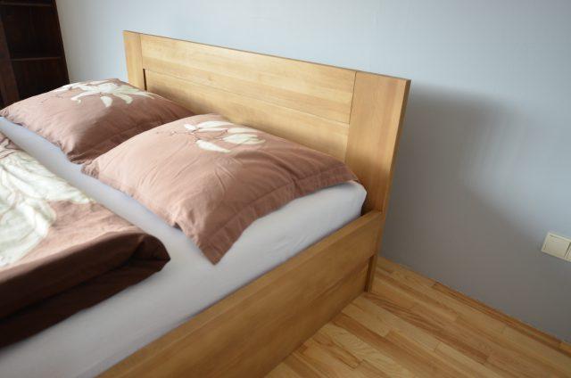 łóżko ze skrzynią i stelażem podnoszonym Buk cherry