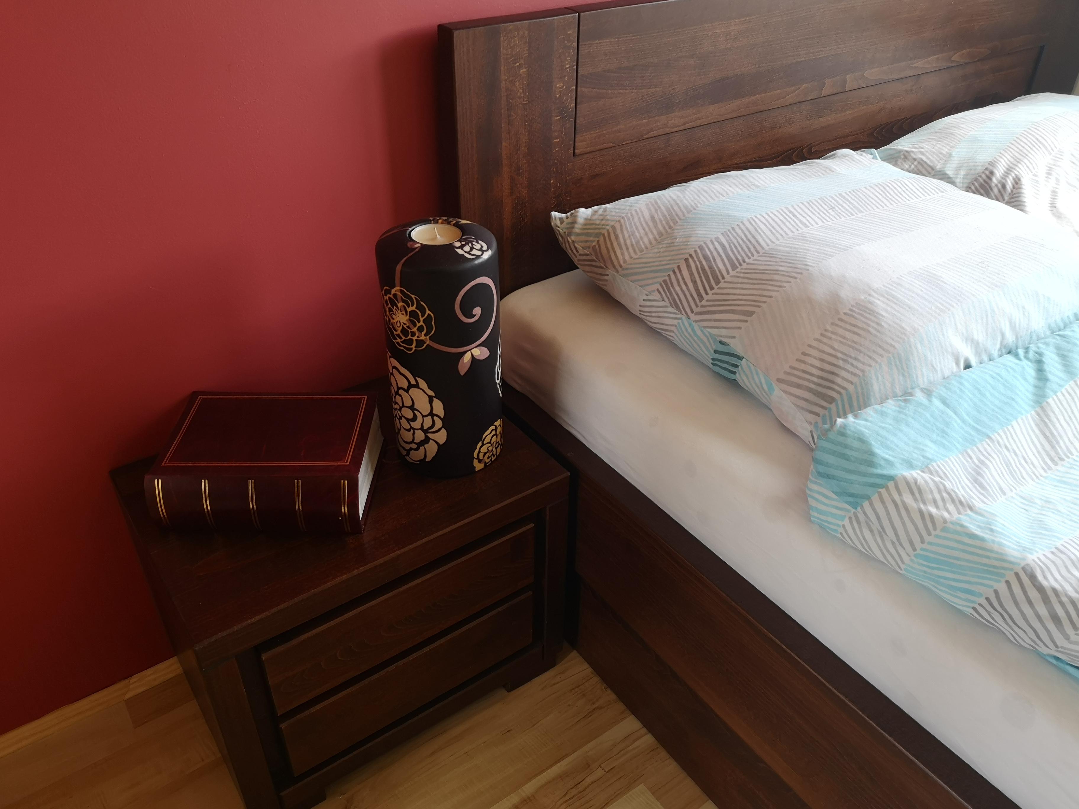 sypialnia z łóżkiem i skrzynią