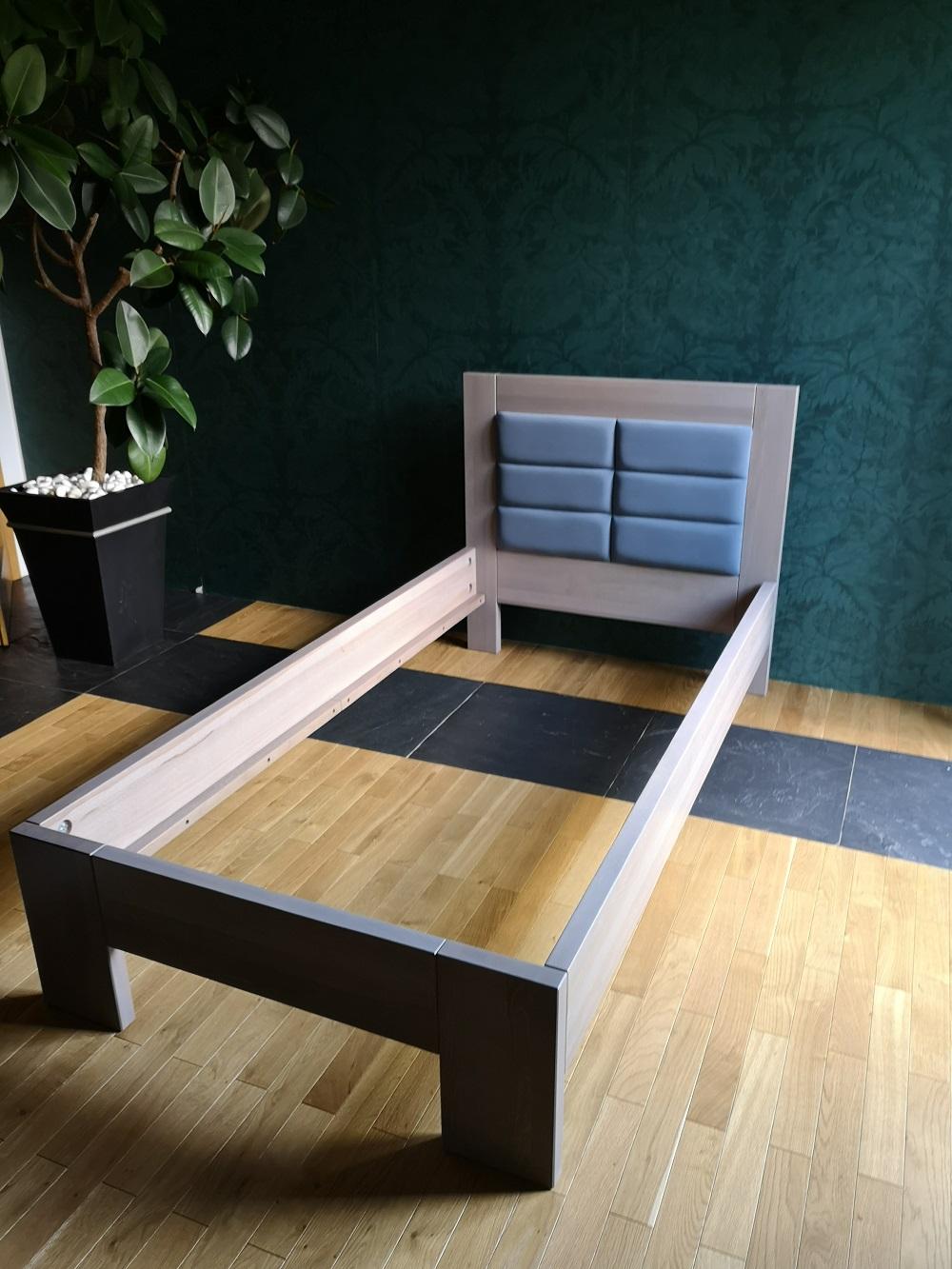 Łóżko z drewna bielonego