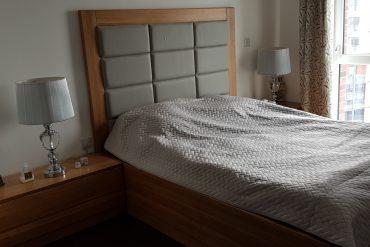łóżko dębowe z tapicerowanym zagłówkiem
