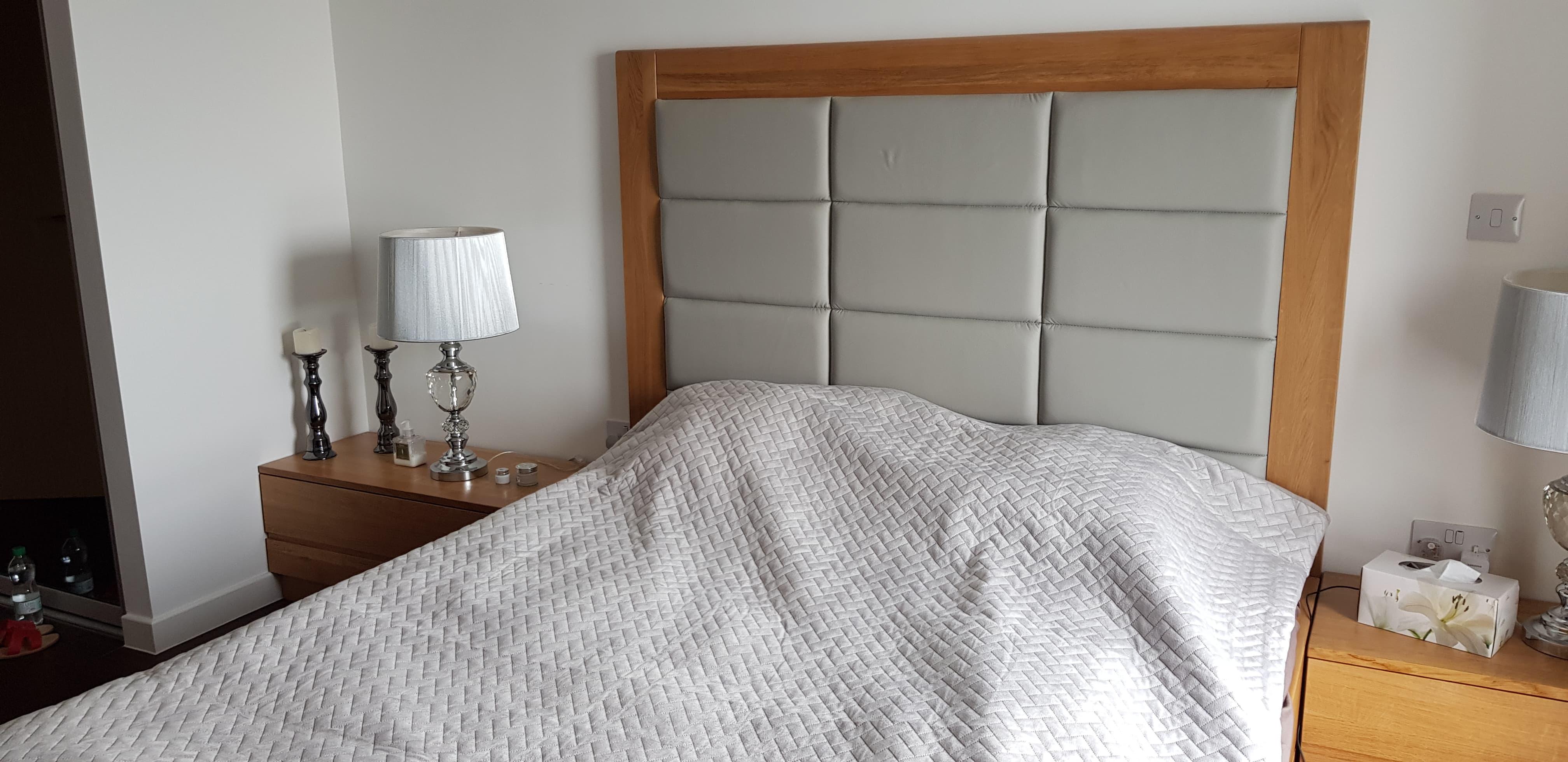 Sypialnia z drewna dębowego z łóżkiem tapicerowanym skórą
